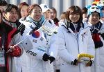 팬 셀카 몰려… 한국선수단 '인기'
