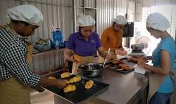 [마을카페 이야기] 캄보디아 여성들의 권리를 응원하는 두런두런의 제빵 훈련