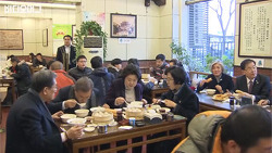 문 대통령 중국 방문 중 일반 식당서 시민들과 함께 먹방