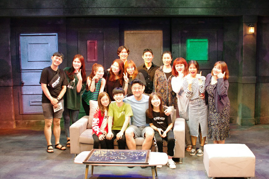 '빌리 엘리어트'배우들이 연극<거대강입자가속기의음모>를 보러 한자리에 모이다