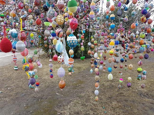 수천 개의 부활절 달걀이 조롱조롱 매달려