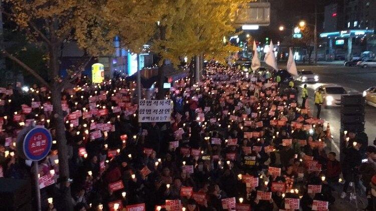 순천 촛불 집회는 민주주의 참여의 광장이 되고 있습니다.