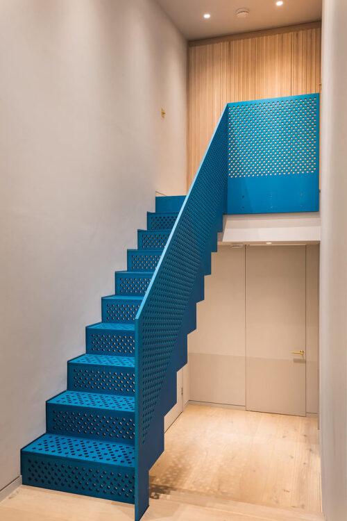*블루 펀칭 계단의 런던 펜트하우스-[ Studio Ulanowski  ] Covent Garden penthouse