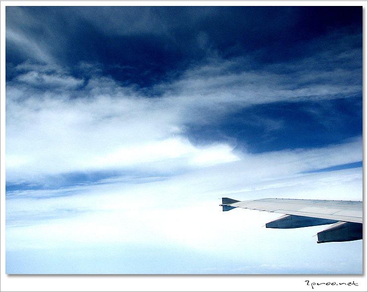 비행기 창문으로 내다본 하늘 사진