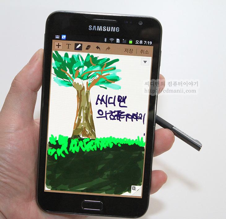 Galaxy Note, It, media day, Review, samsung, SHV-E160S, 갤럭시 노트 리뷰, 갤럭시 노트 미디어데이, 갤럭시 노트 후기, 갤럭시노트 릴레이 체험기, 리뷰, 사용기, 삼성, 제품,친구의 다이어리를 뺏어서 열어보면 한장 한장 재미있게 메모를 남겨놓고 그림도 그려놓고 아기자기하게 해놓은 모습에 이건 평범한 다이어리가 아니라고 생각한 적이 있는데요. 스마트폰에 이런 필기의 재미를 가미한것이 갤럭시 노트 입니다. 이번 SHV-E160S 리뷰에서는 갤럭시 노트의 S메모를 이용해서 평범한 스마트폰에서는 할 수 없었던 재미있는 메모 편집과 활용에 대해서 확인해보도록 하겠습니다. 그리고 화면도 예전보다 더 커져서 5.3형이 되었습니다. 큰 화면으로 넘어오면서의 좋아진 점에 대해서 확인을 해보려 합니다. 갤럭시노트 릴레이 체험기로 미디어데이 발표 전에 미리 국내버전을 사용해 보았는데 활용면에서는 분명 장점이 있었습니다.  부모님께 문자를 보내거나 친구에게 문자를 보낼 때 그냥 평범하게 문자를 보낼 수 있지만, 갤럭시 노트를 이용해서는 이쁘게 그림을 그려서 보낼 수 있습니다. 그냥 전정식 터치펜으로도 분명 그림은 그릴 수 있었을 겁니다. 하지만 갤럭시 노트는 S펜이라는 전자유도 방식의 펜을 사용해서 펜끝의 힘이 가해지는 압력을 구분해서 미세한 선에서 굵은 선까지 다양한 선을 이용해서 그림을 그릴 수 있습니다. 그림을 활용 할 수 도 있습니다. 이미지의 일 부분을 잘라내어서 서로 이어붙여 편집하여 재미있는 그림을 완성할 수 있습니다. 감동을 줄 수 있는 이미지를 만들어서 아는 분들께 전달하면 참 재미있겠죠.  먼저 갤럭시 노트의 외형에 대해서 살펴보겠습니다.