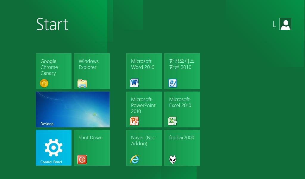 필요한 프로그램들을 설치하고, 사용하지 않는 Windows 8 기본 앱들을 삭제한 후의 시작 화면. 이러한 메트로 UI 스타일의 시작 화면은 터치스크린에서 큰 장점을 가진다.