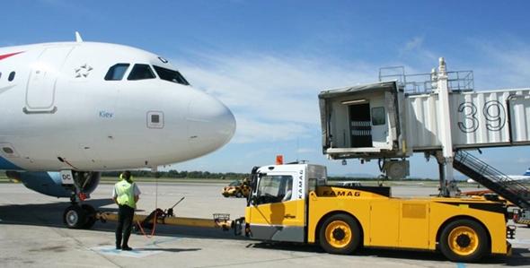 거대한 항공기를 밀어내는 토잉 트랙터(Towing Tractor)