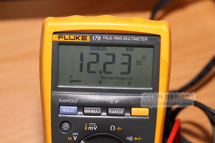 파워서플라이 12V, 승압, 이유, 파워서플라이, AX850, 파워서플라이 테스트, Fluke 179, Fluke-179, Fluke179, 플루크179, Fluke, HIOKI 3244, 테스터기, 공차, IT, 좋은 파워서플라이란 글에서 제가 파워서플라이 12V 승압을 해놓는 이유에 대해서 설명드린적이 있습니다. 이번에 Fluke 179가 생긴김에 승압을 해놓는 이유를 좀 더 실험적으로 보여드릴 수 있는글을 적어보았습니다. 12V는 컴퓨터에서 제일 많이 사용되는 전압인데요. 파워서플라이에서 12V를 약간 승압을 해놓으면 몇가지 장점이 있습니다. 여러장치를 연결해놓더라도 모든 장치에 공차에 맞는 전압을 제공할 수 있는 폭이 커집니다. 그리고 여러장치가 연결되었을 때 끝부분에 연결된 장치에도 정확한 전압이 들어갈 확률이 커지죠.  파워서플라이의 케이블의 수도관과 같습니다. 전력을 많이 사용하는 장치를 일렬로 너무 나란히 연결해놓으면 끝부분의 장치가 손상을 받을 수 도 있습니다. 물론 파워서플라이가 충분히 좋은 제품이고, 지정된 단자만 사용한다면 문제는 없지요. 하지만 그렇지 않은 상태에서 Y케이블을 이용하여 보다 많은 장치를 연결했을 경우에는 문제가 될 수 있죠.