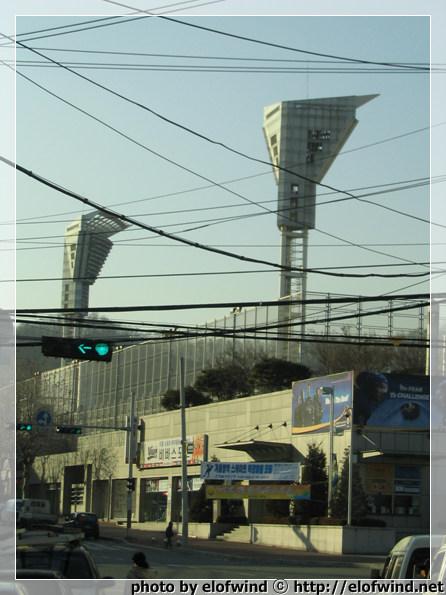 .. 주경기장의 조명탑이 보인다.