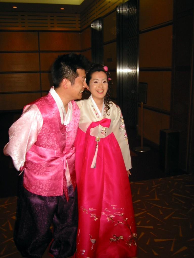 신랑 신부 입장,, 신랑이 귀화한 한국인이라는..