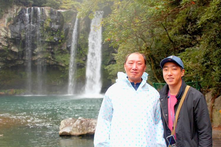 천지염 폭포에서 배성한씨와 차성근씨가 포즈를 취하고 있는사진