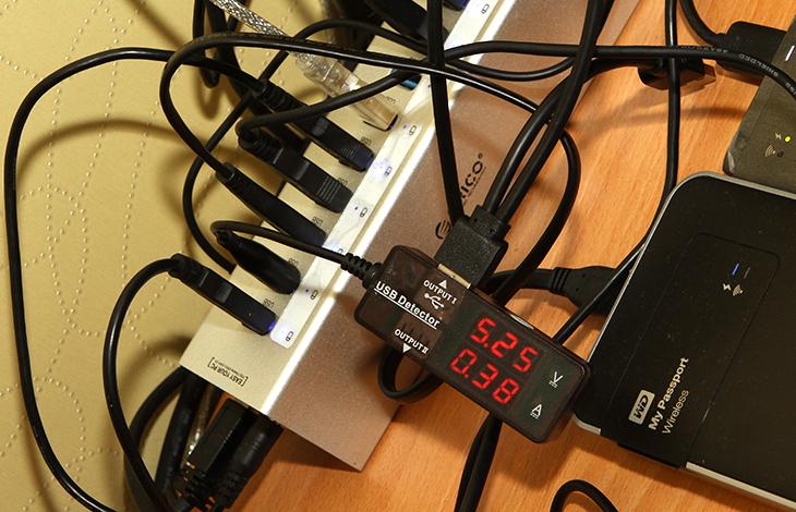 온랩 1002 IPS 터치 후기, 포터블 모니터 활용기,ONLAB,ON-LAB,옵랩,온랩 1002 IPS 터치,ONLAB 1002 IPS,1002 IPS, IT,IT 제품리뷰,후기,사용기,온랩 1002 IPS 터치 사용기,온랩 1002 IPS 터치 후기,온랩 1002 IPS 터치 후기를 올려봅니다. 포터블 모니터 활용을 여러가지로 해 봤는데요. 예전에도 저는 MHL HDMI로 연결이 가능한 패드 형태의 모니터를 사용해본적이 있습니다. 그런데 그때 당시에는 그런제품이 많지 않았고 해상도도 비교적 낮았죠. 그런데 온랩 1002 IPS 터치 후기를 준비하면서 이것저것 사용해보니 모니터가 작아도 해상도가 비교적 높으니 할 수 있는일이 꽤 많았습니다. IPS패널로 화면이 밝고 선명한것도 크게 매력으로 와 닿았습니다.포터블 모니터의 경우 USB로 연결되는 타입과 HDMI 등으로 연결되는 타입 두가지가 있습니다. 온랩 1002 IPS 터치는 HDMI D-Sub 등으로 연결이 가능한 타입 입니다. USB 방식으로만 연결되는 모니터의 경우 연결방식이 단순하고 케이블 하나만 연결하면 되므로 편리하긴 하지만 데이터 전송을 모두 USB로 해야해서 작업을 할 경우 창의 이동이 부자연스럽거나 끊겨보일 수 있죠. 하지만 HDMI 등으로 연결되는 타입은 끊김현상이 없습니다. 제 경우에는 S32D850 모니터를 사용 중 입니다. 32인치 모니터이죠. 그런데 이 모니터로 여러가지 작업을 하는 도중에 동영상도 가끔 보게 되는데, 그럴 때는 작은 모니터가 하나 더 있으면 좋겠다 하고 생각한적이 있죠. 그럴 때 온랩 1002 IPS 터치는 상당히 편리하게 연결이 가능합니다. 그 외에도 MHL 연결이 가능하므로 스마트폰과의 연결도 가능합니다. HDMI 연결이 가능하므로 셋톱박스에 연결해서 TV 모니터처럼 사용할 수 도 있으며 또는 캠코더에 연결해서 대형 리뷰용 모니터로 사용할 수 도 있죠.