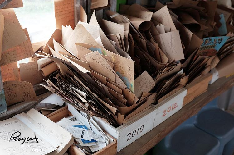 포스트잇을 모아둔 박스