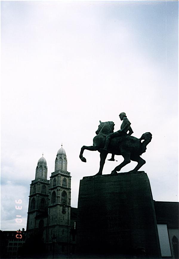 쮜리히 초대시장의 동상과 옆에 성당의 모습