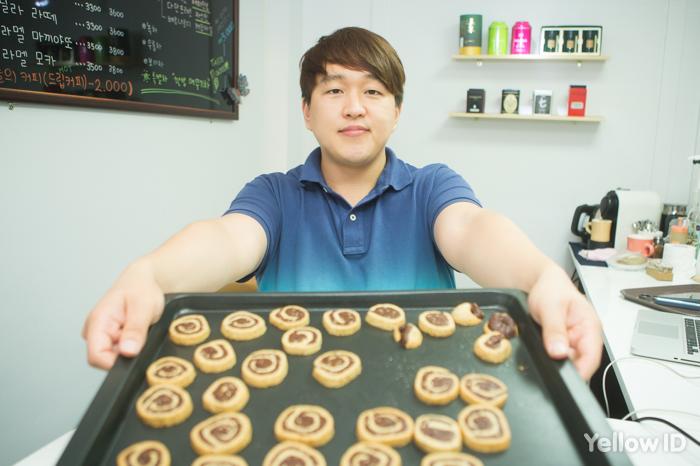 쿠키를 들고 있는 류시두 대표