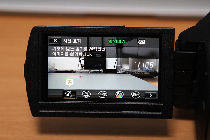 소니 HDR-PJ820 사진 효과, HDR-PJ820 사진 효과, 소니, Sony, 토이카메라, 팝컬러, 포스터화, 레트로효과, 소프트하이키, 컬러추출, 하이컨트라스트모노, 소니 HDR-PJ820 사진 효과를 이용해서 특별한 사진 및 동영상 찍기를 해보도록 합니다. 사실 소니 카메라에는 이 기능이 이미 적용되어 있었습니다. 캠코더의 특성상 이런 기능이 필요할까 라고 생각하여 지금까지 뺀듯하지만 이제는 스마트폰 시대여서 소니 HDR-PJ820 사진 효과가 들어가게 되었습니다. NFC를 이용해서 스마트폰과 쉽게 연결 할 수 있으며 별도의 악세서리 없이도 WiFi 연결이 스마트폰과 가능하도록 만든 HDR-PJ820은 이제는 좀 더 쉽게 사진과 동영상을 찍고 스마트폰으로 공유할 수 있도록 만들어졌습니다. 그러므로 캠코더 기기단에서 바로 사진을 편집할 수 있는 기능이 더 필요해진것이죠. 사진효과에는 토이카메라, 팝컬러, 포스터화, 레트로효과, 소프트하이키, 컬러추출, 하이컨트라스트모노를 지원 합니다. 개인적으로는 샤픈 효과나 블로어 효과등의 기능을 지원하지 않는게 좀 아쉽긴 하지만, 이런 기능들이 들어간 이유로 좀 더 재미있는 사진을 찍어서 공유할 수 있습니다.