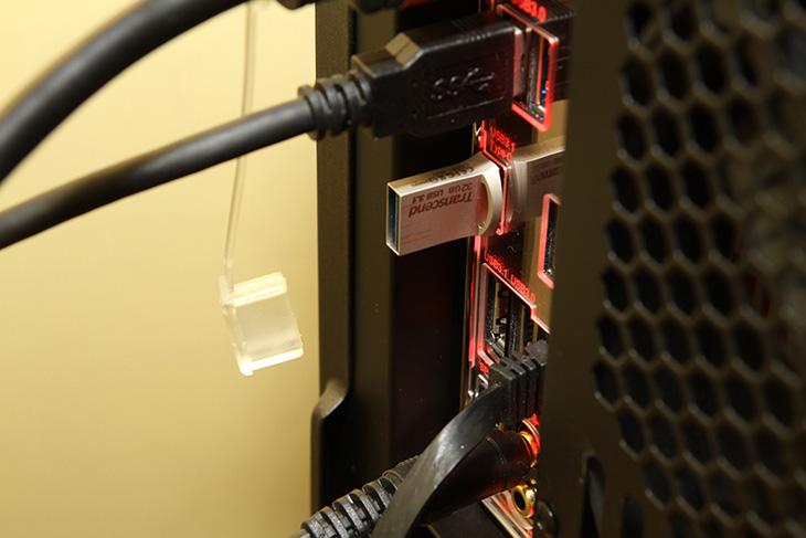 Type-C 썬더볼트3 ,기가바이트 메인보드, 펌웨어 업데이트,IT,IT 제품리뷰,대만 컴퓨텍스에 가서 인상적이었던것이 Thunderbolt 였습니다. 엄청난 속도의 Thunderbolt는 버전이 몇가지 있습니다. Type-C 썬더볼트3 기가바이트 메인보드 펌웨어 업데이트가 발표되었네요. 기가바이트 메인보드 중 Z170X-Gaming G1, Z170X-Gaming GT, Z170X-Gaming 7 는 Z170 칩셋을 사용한 상위 모델들인데요. 이 모델들은 Thunderbolt 3를 지원합니다. 이 모델들에 한해서 Type-C 썬더볼트 펌웨어 업데이트가 있었네요. 물론 최근 판매되는 제품들은 이미 업데이트가 되어있다고 합니다. 다만 이전에 구매했던 분들은 유틸리티를 간단히 설치해서 업데이트를 할 수 있습니다. Thunderbolt 3는 높은 대여폭의 전송, 4K 화면 듀얼전송, 100W 수준의 충전, 15W 수준의 외부기기 전력공급이 가능 합니다.