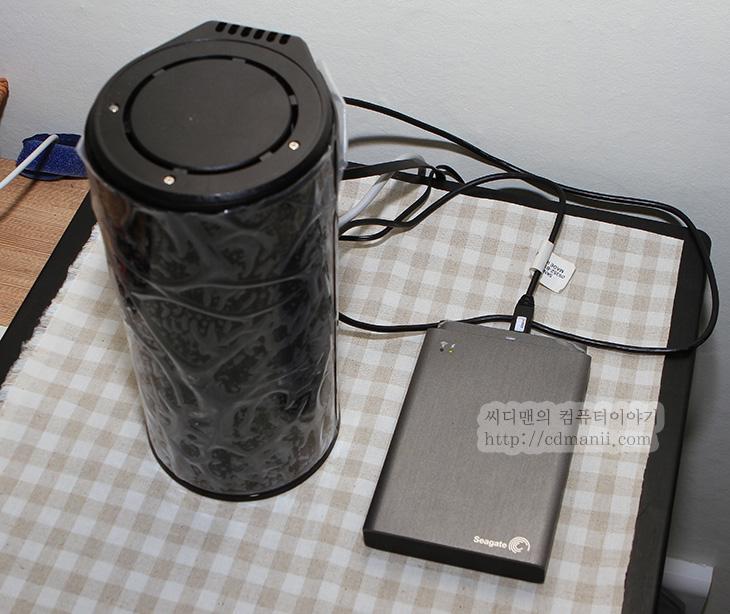 디링크 DIR-868L USB 서버, 디링크 DIR-868L, 디링크 DIR-868L 미디어 서버, IT, 유무선공유기 추천, 유무선공유기, AC1750, AC, 유무선공유기 AC, 디링크, Dlink, 디링크 앱, mydlink shareport, 디링크 DIR-868L USB 서버와 미디어 서버를 쓰는 방법에 대해서 소개해보도록 하겠습니다. 이 기능을 이용하면 외부에서 스마트폰이나 PC를 이용해서 언제든 저장공간에 접속해서 음악과 동영상 사진을 볼 수 있습니다. 물론 파일을 올릴 수 도 있구요. 디링크 DIR-868L USB 서버를 설정하려면 먼저 설정페이지에서 Mydlink 클라우스 서비스에 가입을 해야 합니다. 가입한 아이디와 암호만 있다면 언제 어디서든 접속이 가능하죠. 가입 후 USB 서버와 미디어 서버 설정등을 하면 DLNA로 같은 네트워크에 있는 곳에서 저장공간을 쓸 수 도 있고 외부 접속을 허용해서 스마트폰을 이용해서 저장공간을 사용할 수 도 있습니다.  실제로 활용 예를 본다면 스마트폰은 저장공간이 그렇게 많지는 않지요. 그런데 디링크 DIR-868L USB 서버로 1TB의 외장하드를 연결해두면 스마트폰의 저장공간이 1TB가 더 확장이 되는것 입니다. 음악을 많이 넣고 다니지 못해서 자주 파일을 지우고 다시 넣었던 분들이라면 이 기능을 이용해보면 좋겠죠. 저는 출근할때 음악을 이걸로 듣습니다. 외장하드에 음악을 꽤 많이 넣어두었던지 못들었던 곡들도 많이 들을 수 있고 좋네요. 동영상도 재생해서 볼 수 있습니다. 3G 무제한 요금제를 쓰고 있어서 데이터 부담도 없으니 맘껏 보고 있네요.