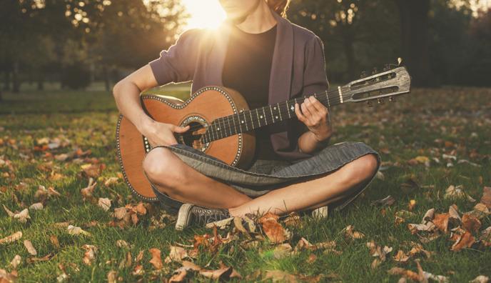 가을배경 기타를 들고있는 여자