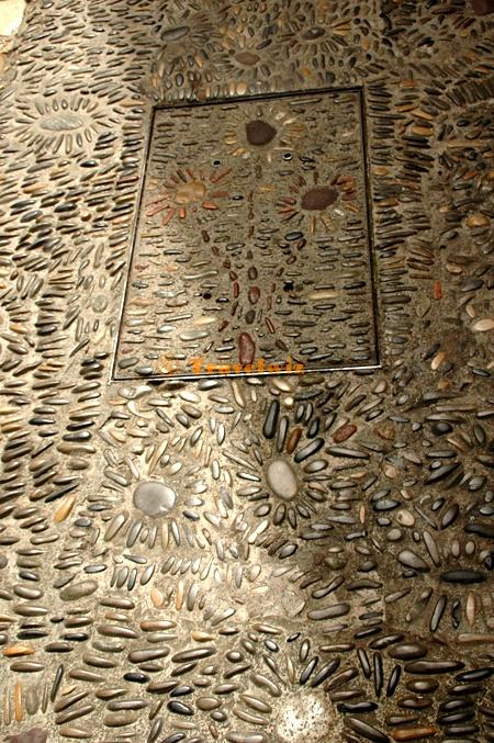 돌 길 바닥 모습. 예쁘게 장식되어 있다