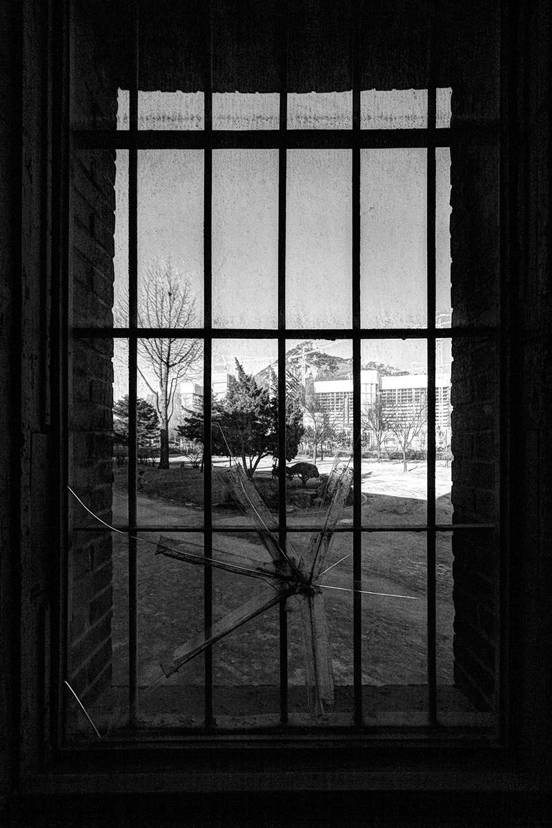 서대문형무소 안쪽에서 밖같 뜰을 바라보면 촬영한 사진으로 창문에 유리가 깨져 누군가 스카치 테이프로 붙여놓았다.