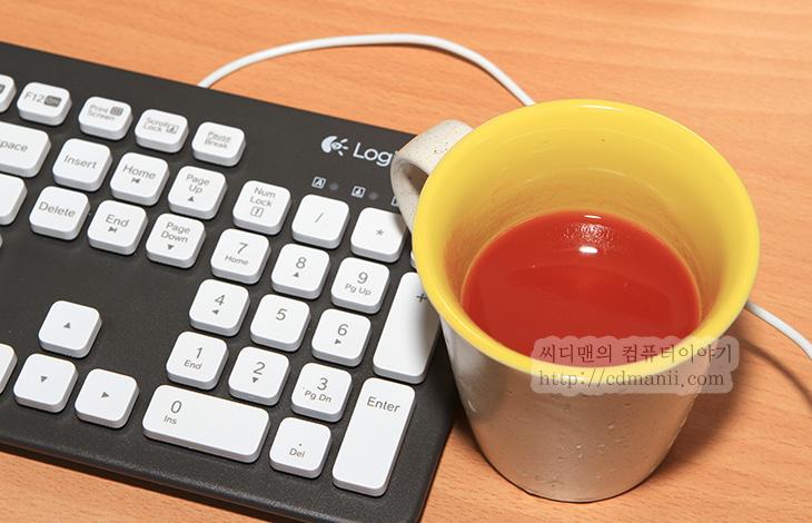 로지텍 K310 사용기, 로지텍 K310, K310, K750, 키보드, 키보드 추천, 강한 내구성, 내구성, K310 내구성, 방수키보드, 방수 키보드, 방수, K310 방수, K310 물, K310 주의사항, K310 물청소, 키보드 물청소, 음료수, 주스, 커피, 키보드 커피, 커피 쏟았을 때, 키보드 커피 쏟았을 때, IT, 리뷰, 후기, 사용기, 제품, Keyboard, K310 리뷰,로지텍 K310 사용을 해보니 꽤 괜찮은 키보드라는 느낌이 들었습니다. 방수 키보드라는 별칭을 가지고 있는 이 키보드는 강한 내구성 과 물청소가 가능한 키보드 입니다. 즉 로지텍 K310 키보드 사용을 물에 담근 직후에도 바로 사용이 가능하다는 것인데요. 사실 그전에도 다른 키보드 중에 어느정도의 물이나 커피를 쏟는것정도로는 사용이 가능한 키보드는 있었습니다. 소개해드린적도 있었죠. 다만 LED 기판 부분까지 완벽하게 방수가 되진 않아서 물에 완전히 담그는 정도로 사용하면 위험했니다. 그런데 로지텍 K310은 물로 씻을 수 있다는 획기적인 컨셉으로 나온 키보드 입니다.  컴퓨터가 있는 책상에서 브런치를 먹거나 커피를 마시거나 음료수를 마시다가 자신도 모르게 컵을 손으로 건드리거나 음식물을 쏟아서 키보드 위에 떨어뜨려본 경험이 있으실 것입니다. 저도 사실 이렇게 해서 고장난 키보드도 몇개 있는데요. 물이라면 잘 말리면 동작을 하는 경우가 있지만, 커피나 기타 다른 물질의 경우에는 처음에는 동작하지만 이물질이 마르면서 센서부를 가로 막아서 키가 정상적으로 동작하지 않도록 하거나 일부 키가 뻑뻑해지거나 하는 증상이 생길 수 있죠. 물론 키를 하나하나 뜯어내고 청소할 수 도 있지만 분명 쉬운작업은 아닙니다.  가끔은 뭔가 키보드에 붙어 있을 때 물에 넣어서 막 씻어버리고 싶을 때가 있는데 로지텍 K310은 흐르는 물은 물론 물에 담궈서 씻어낼 수 있습니다. 키캡 내부로 물이 들어가더라도 아래로 물이 모두 흘러내리도록 설계가 되어있습니다. 물론 주의할점은 몇가지 있습니다. 50도 이내의 온도에서 씻어내야하며 잠수 깊이는 최대 30CM까지 이며, USB 단자는 물에 담그지 않아야합니다. USB 단자도 커버가 있으나 물에 담그지 않아야하는 이유는 수분이 남아있는 상태로 컴퓨터의 USB 단자에 연결 시 시스템에 심각한 문제를 일으킬수 있기 때문입니다. 물론 키보드만 씻어내는게 보통이므로 케이블을 물에 넣을 이유는 없죠. 물에 담궈서 청소할 수 있으며 최대 5분간 담궈둘 수 있습니다. 너무 오랫동안 물에 담궈놓는 경우에는 문제가 될 수 있으므로 시간을 정해둔듯 합니다.  그럼 실제로 디자인도 살펴보고 편의성을 알아보며 실제로 오염 테스트를 해보도록 하겠습니다.