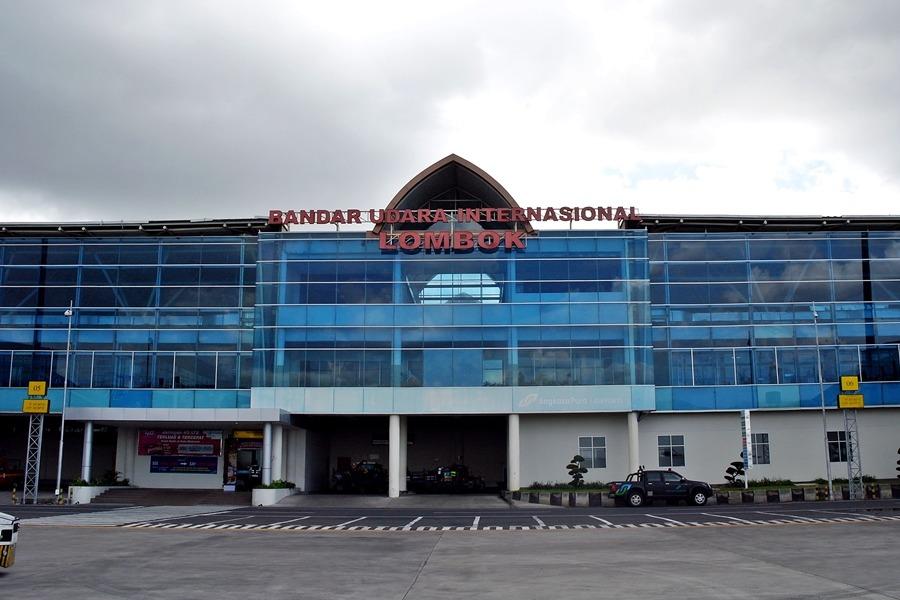 안에서 바라본 롬복공항 건물모습