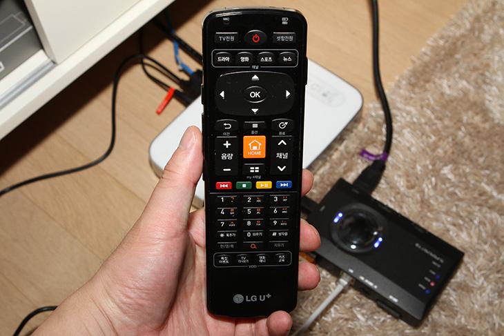 슈퍼캐스트 T3 USB2.0 HDMI, IPTV 스마트폰, 태블릿, 보기,supercast T3,스카이디지탈,스카이디지털,슈퍼캐스트 T3,IT,IT 제품리뷰,후기,사용기,IPTV,TV G 4K UHD 셋탑,셋톱,셋탑 녹화,슈퍼캐스트 T3 USB2.0 HDMI IPTV 스마트폰 태블릿 보기를 해 보겠습니다. SUPERCAST T3는 HDMI 및 컴포넌트를 통해서 최대 풀HD 해상도에 30프레임까지 실시간 시청 및 녹화가 가능한 장치인데요. 컴퓨터에서 나오는 화면을 그대로 녹화 가능하고 슈퍼캐스트 T3 USB2.0 HDMI는 셋탑을 통한 IPTV도 네트워크를 통해서 유무선공유기의 신호가 닿는곳에서는 스마트폰이나 태블릿 PC 노트북에서도 실시간으로 감상이 가능 합니다. HDMI를 통해서 들어오는 입력을 컴퓨터 없이 바로 실시간으로 녹화가 가능 합니다. 그리고 HDMI 출력 단자가 있어서 화면을 보면서 그 부분을 녹화가 가능 합니다. SD메모리를 통해서 녹화가 가능합니다. 네트워크를 연결하면 IPTV 또는 케이블TV를 실시간으로 스마트폰이나 태블릿, 노트북, 컴퓨터에서 볼 수 있습니다.제 경우에는 이 제품을 유플러스 TV G 4K UHD 셋탑에 연결해놓고 사용하고 있는데요. TV는 거실에 있어서 거실에서 물론 시청을 합니다. 그런데 가끔은 식탁에서 앉아서 TV를 보고 싶을 때가 있는데요. 스마트폰으로 TV G 4K UHD 셋톱의 영상을 그대로 볼 수 있다면 얼마나 좋을까요. 근데 슈퍼캐스트 T3 USB2.0 HDMI가 있으면 그것이 가능 합니다. 스마트폰이나 태블릿 심지어 노트북에서도 같은 영상을 볼 수 있습니다. 그리고 재미있는건 TV G 4K UHD 셋톱 리모컨의 경우 블루투스 방식으로 동작하므로 부엌에 식탁에 앉아서도 리모컨 동작이 됩니다. 물론 안방에서도 작은방에서도 리모컨이 동작합니다. 전력소모량도 걱정할 필요가 없더군요. USB 전원을 사용해서 전력소모량이 낮습니다. 게다가 셋탑 후면에 USB 단자에 연결해두면 되므로, TV를 안보는 경우 셋탑을 꺼버리면 슈퍼캐스트 T3도 함께 전원이 꺼집니다. 너무 편하네요.