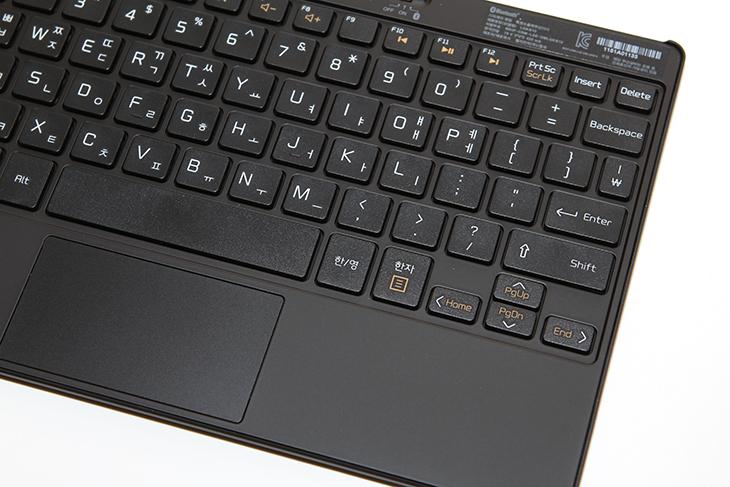 LG 탭북 듀오 후기, 분리되는 블루투스 키보드 ,가벼운 노트북,LG 탭북 듀오,탭북 듀오,후기,사용기,IT,IT 제품리뷰,사용기LG 탭북 듀오 후기를 올려봅니다. 분리되는 블루투스 키보드 및 가벼운 노트북 무게는 이 제품을 써보면 떠올리는 가장 첫번째일 것입니다. 분리가 되어서 뒤집어서도 앞으로도 위로 올려서도 자석으로 달라붙는 이유로 여러가지 모양으로 사용할 수 있습니다. LG 탭북 듀오 후기를 준비하면서 이 제품이 가지는 특징들을 자세히 살펴보려고 합니다. 분리가 가능한 키보드 및 태블릿 본체부분, 그리고 어댑터를 모두 합친 무게가 900g 이 안되는 899그램의 무게를 가지고 있습니다. 커버로 사용할 수 블루투스 키보드 부분은 3개의 장치에 멀티페어링이 가능하여 스마트폰이나 다른 장치와 LG 탭북 듀오를 동시에 페어링 해놓고 원하는 장치를 선택해서 바로 사용할 수 있습니다.물론 태블릿 부분만 들고 다니면서 태블릿PC를 태블릿처럼 사용할 수 있습니다. LG 노트북들은 대부분 IPS패널을 사용하였는데요. 이 제품 또한 화면은 IPS 패널을 사용하였습니다. 그래서 시야각이 좋습니다. 화면은 터치를 지원해서 윈도우8 계열 운영체제를 좀 더 편하게 사용할 수 있습니다. 블루투스 키보드에는 터치패드도 붙어있어서 태블릿 부분을 붙이거나 세워서 사용하면 정말 노트북처럼 동일하게 사용할 수 있습니다.