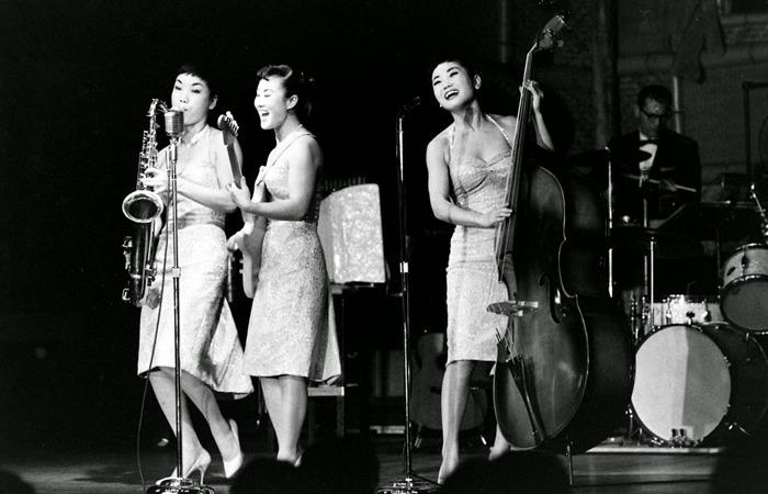 사진: 특히 김시스터즈의 장점이라면 자유로운 악기 연주가 더불어져서 음악적 다양성이 풍부했다는 것이다. 미국시장에서 통한 비결이기도 하다. [영화 다방의 푸른 꿈 - 김시스터즈 이야기]