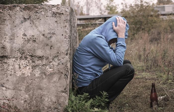 사진: 김광석 사망원인이 급하게 자살로 처리된 후 그의 친족과 김광석 아내는 유산의 재산분쟁에 들어가야 했다. 김광석의 저작권 소유를 양도받은 아버지는 결국 합의를 해줘야 했다. [김광석과 부인의 불륜설]