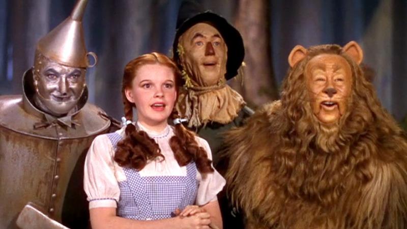 사진: 영화 오즈의 마법사의 주디 갈란드. 원작 동화를 바탕으로 1939년과 1985년에 영화화 되었다.