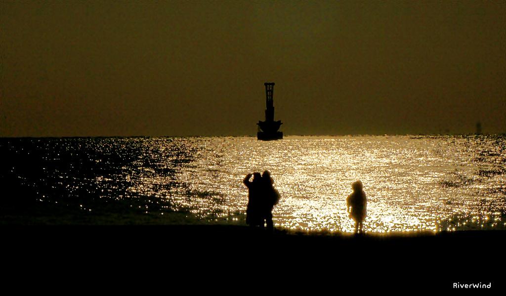 바닷가에서 담은 실루엣 사진