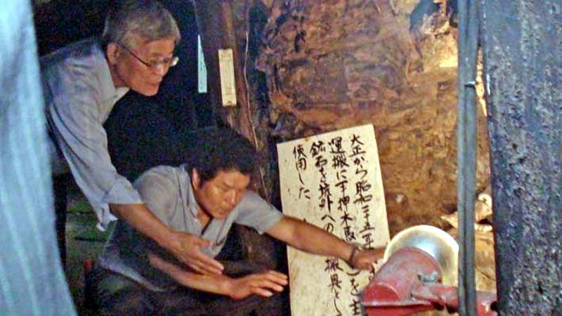사진: 인봉닷컴에 소개된 이정호 부자의 모습. 전 재산과 인생을 역사기념을 위해 희생하였다.