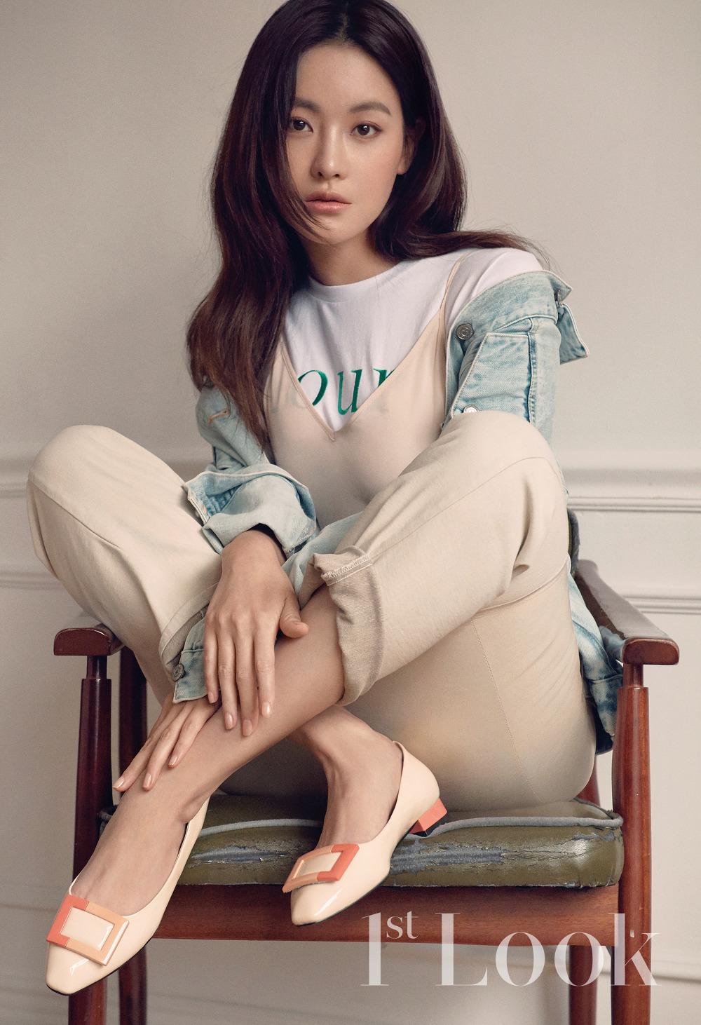 2018 3월호 퍼스트룩 오연서_브라운 재킷 스타일리스트 소중품, 레터링 티 앳코너, 크롭트 와이드 데님 팬츠