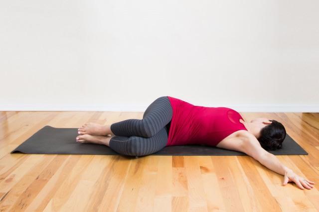 소화 잘되는 운동 요가자세 척추 비틀기