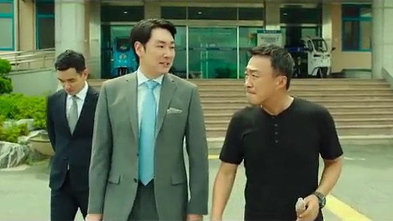 사진: 영화 보안관 줄거리에서 조진웅은 이성민을 은인처럼 섬기며 주도권을 잡아간다.